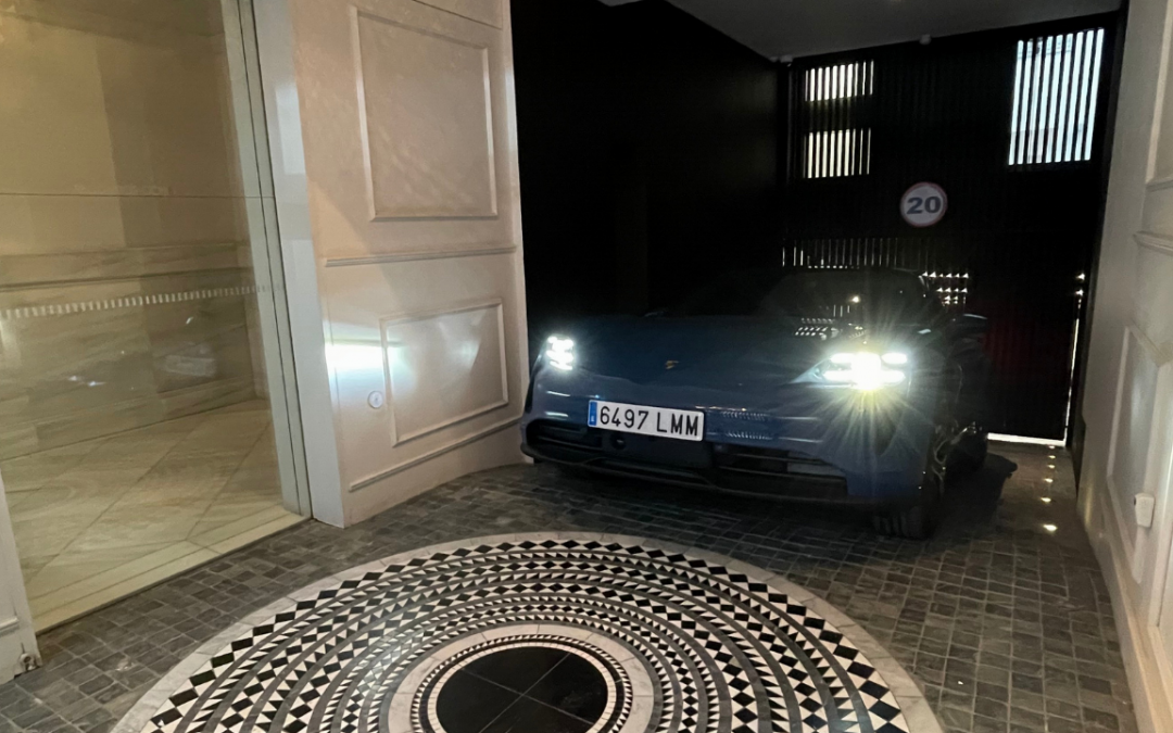 viviendas de lujo con coches electricos